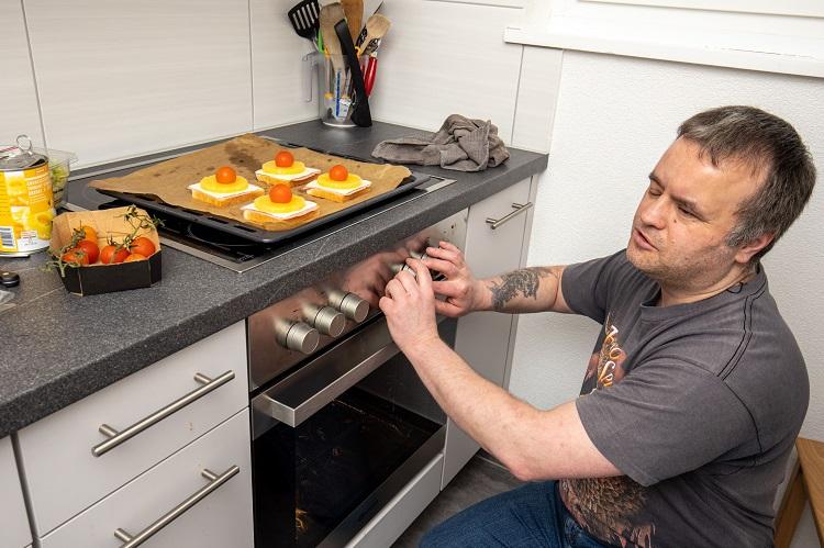 Silvan Spycher in seiner Küche vor dem Backofen.